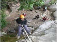固定绳索下降到在Pollença山沟登山运动溪降