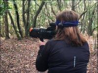 Con el arma laser en el bosque