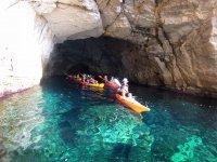 用皮划艇离开洞穴