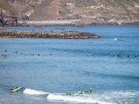 Surfistas practicando en el mar