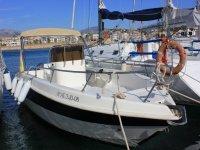 Barco de alquiler en el puerto alicantino