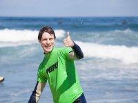 Alumno de surf disfrutando del mar