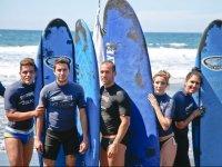 Alumnos durante el curso de surf