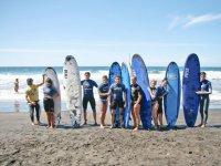 Surfistas junto a su instructor