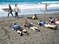 Tumbados practicando en la arena