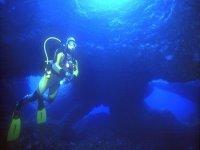 Buceador bajo el agua