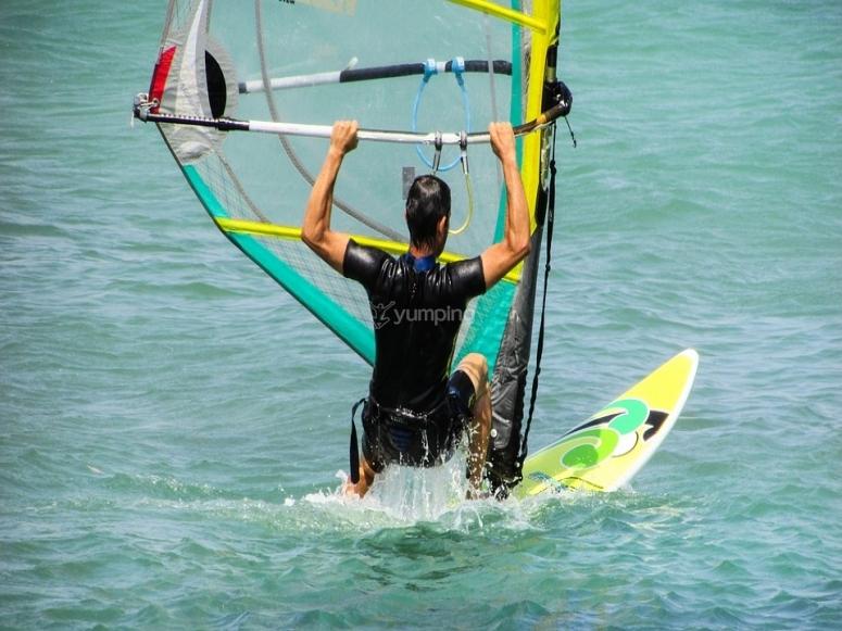 男孩做风帆冲浪