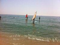 Practicar windsurf en Girona