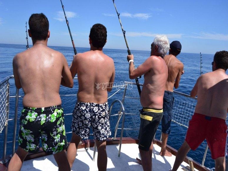 Pescando desde barco en Rota