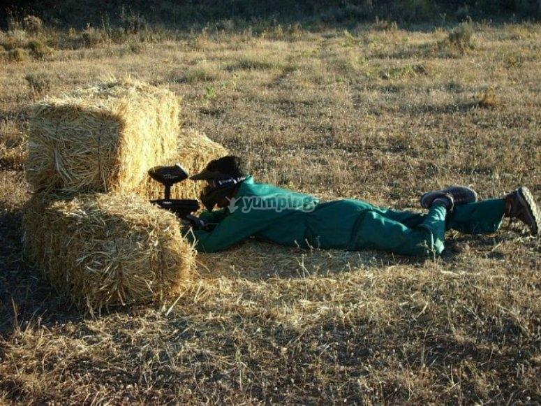 escondido detras del granero.