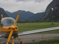 Avioneta entrando en el hangar