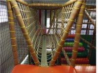 Puentes colgantes dentro del laberinto de juegos