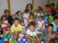 En la piscina de bola con nuestros amigos