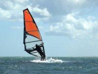 Sujetando la vela de windsurf
