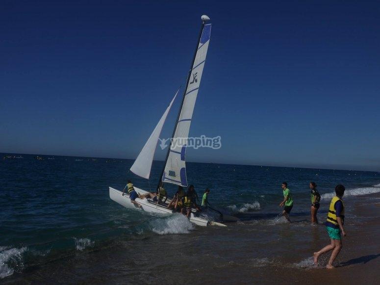 Playa Calella con catamarán
