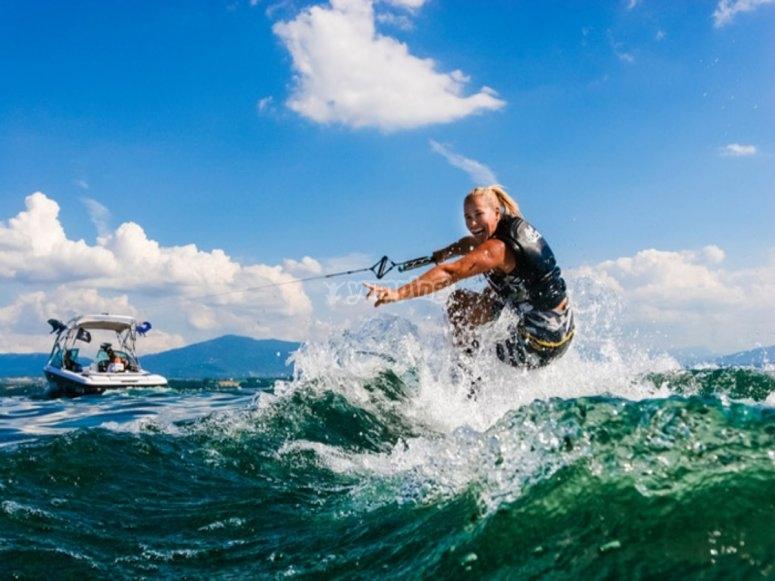 Monitora con wakeboard