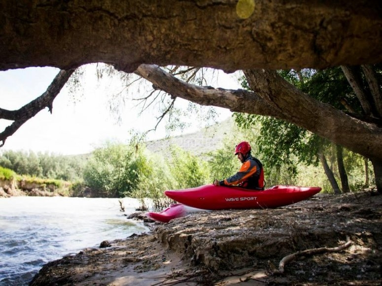 Piragua junto al rio