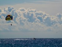 En vuelo con el parasailing