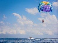 Sesión de parasailing en la Costa Brava