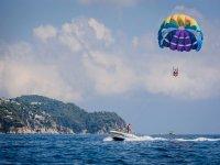 Parasailing sobre la costa de Lloret de Mar