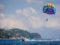 拖曳滑翔伞的船