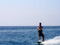 En el wakeboard en la playa de Fenals