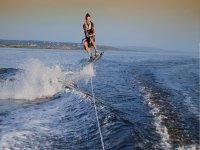 与滑水板上跳跃