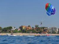 Parasailing en playa de Fenals