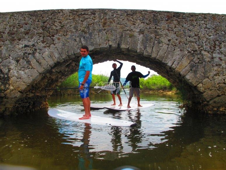 在桥上冲浪