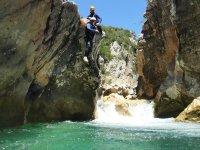 Salto al agua en barranco de Huesca