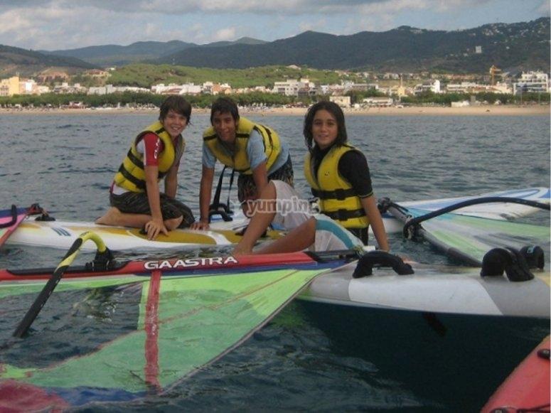 Amigos practicando windsurf