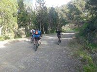 Ciclisti su strade sterrate a Malaga