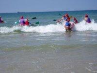 Entrando en el mar con el kayak