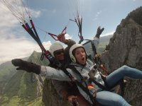 Abriendo los brazos durante el vuelo en Huesca
