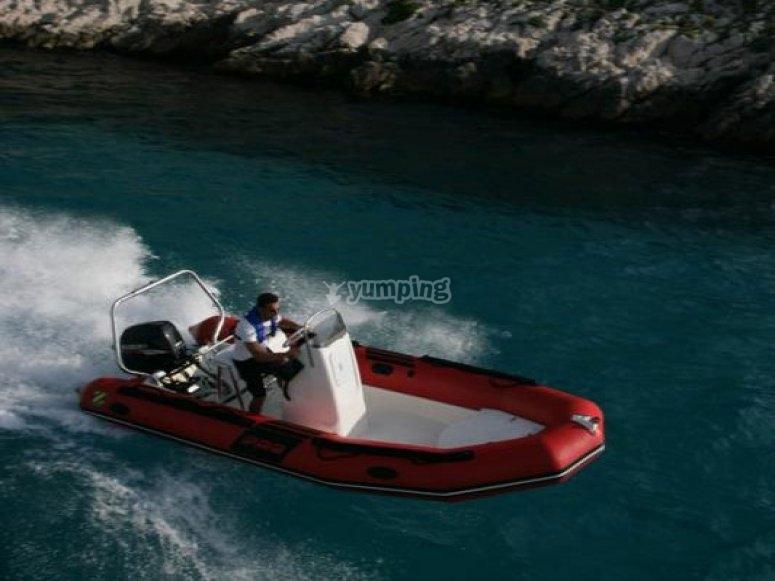 在Montsec乘船游览