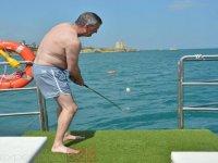 Jugando al golf en el barco
