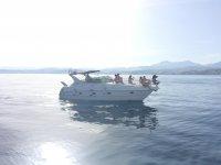 Sentados en la cubierta navegando