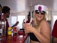 Sosteniendo una bebida en el barco