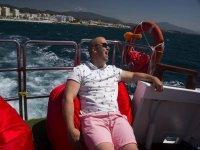 Sentado en sillon rojo en el barco