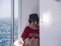 Mirando al mar con sombrero