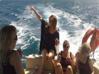 Chicas relajadas en el barco