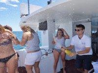 Abriendo una botella de cava en el barco
