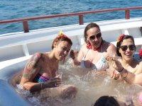Chicas en el jacuzzi del barco