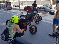 年轻人准备骑着他们的电动摩托车