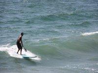 Cogiendo olas con el tablón de SUP