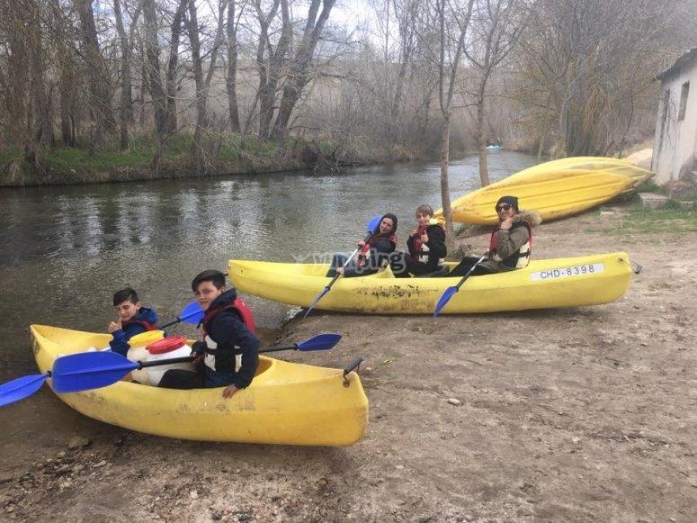 划独木舟进入河中
