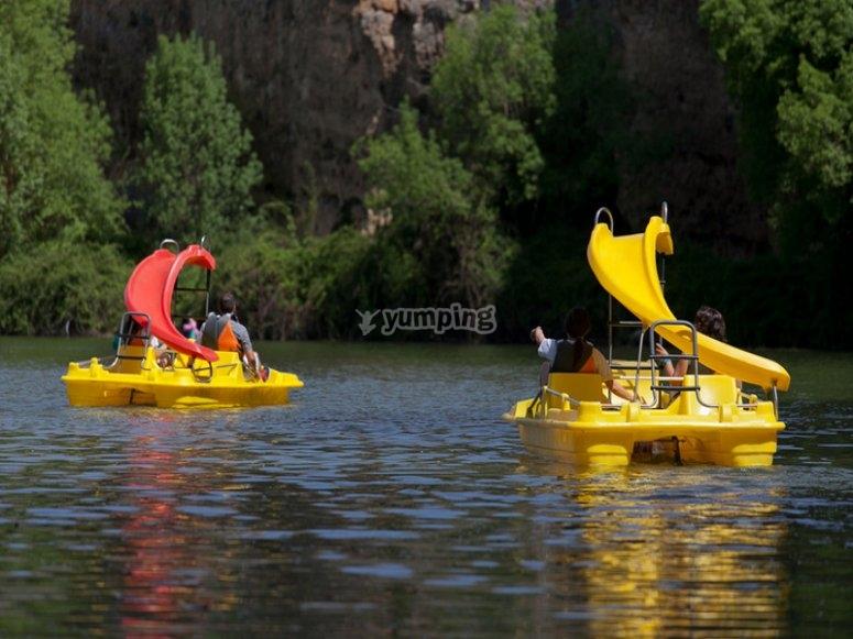 Barca de hidropedales, con tobogán