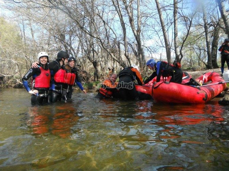 Preparando el descenso de rafting