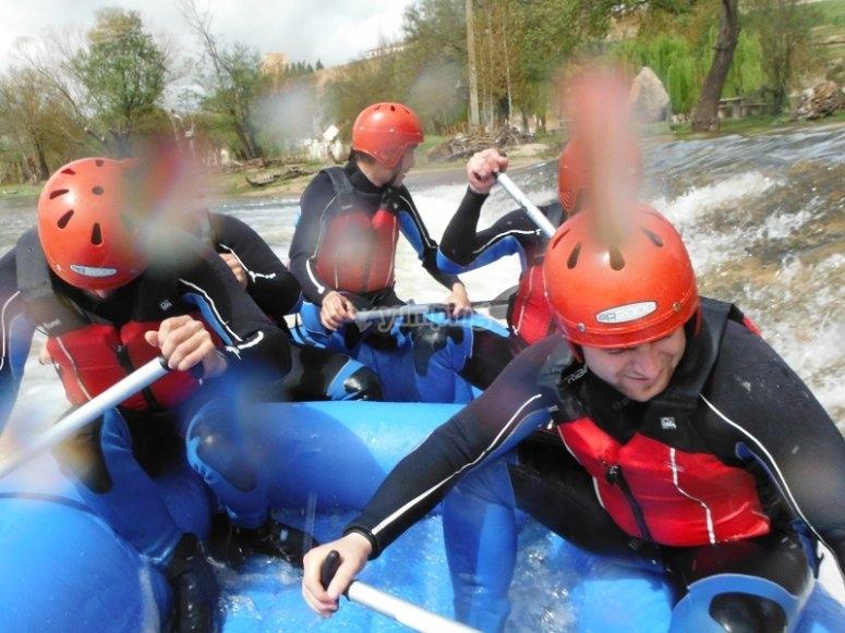 Atravesando rapidos del Tormes en el raft