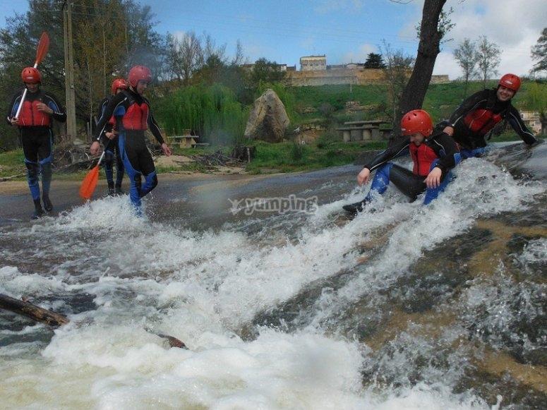 Enfrentandonos a las aguas bravas del Tormes en el raft